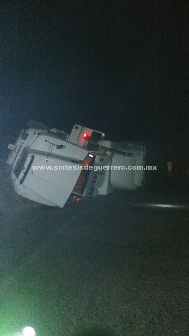 Encontronazo entre taxi y tráiler deja un muerto, en Xochihuehuetlán