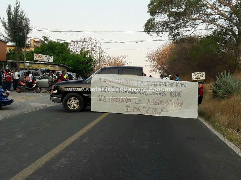 Normalistas toman carretera Iguala- Altamirano, a la altura de Teloloapan