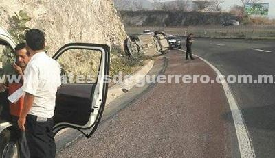 Chocan urvan y vehículo particular en la carretera Chilpancingo-Zumpango