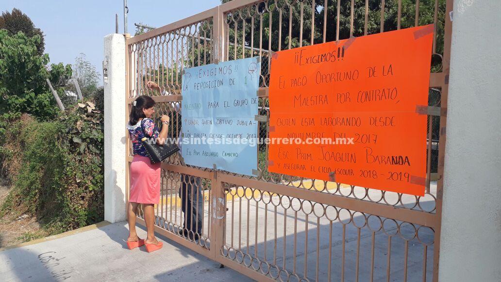 Cierran padres de familia la delegación educativa en Costa Grande