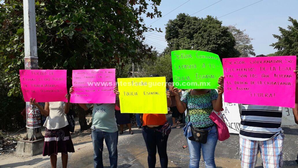 Protestan habitantes de la Sierra de Atoyac, en carretera federal