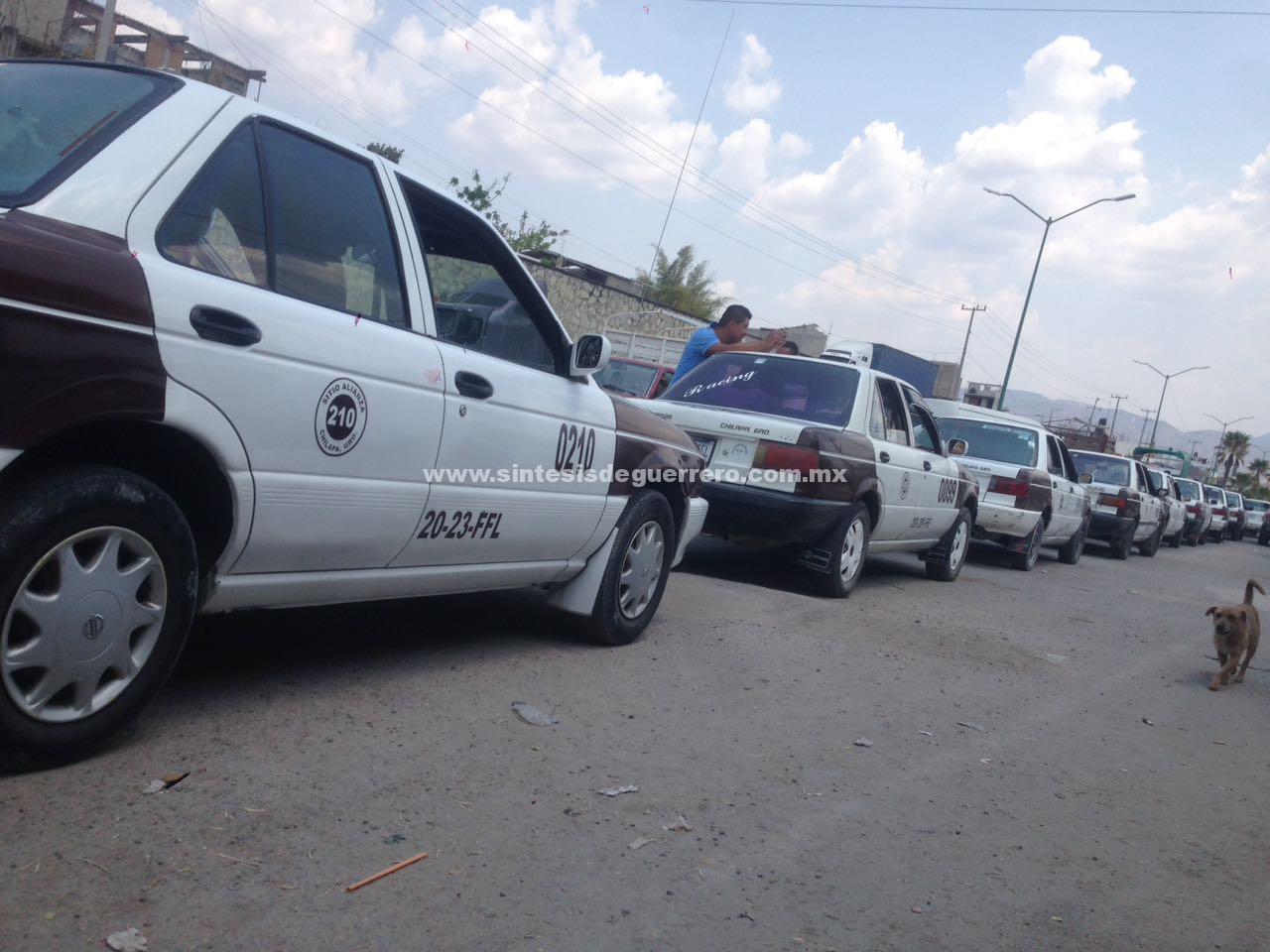 Sin autorización de Transportes del Estado, taxis de Chilapa aumentan el pasaje