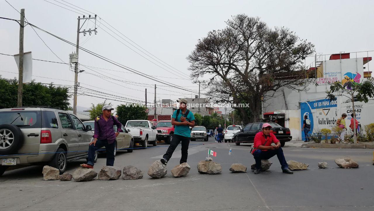 Padres de familia de Quechultenango bloquean avenidas en Chilpancingo para exigir maestros