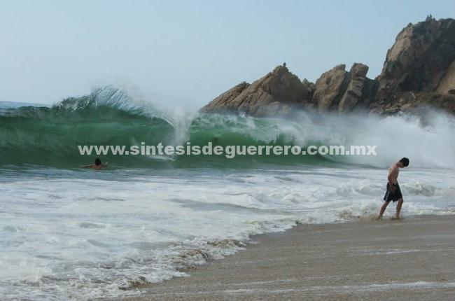 Se presenta oleaje fuerte en playas de Acapulco