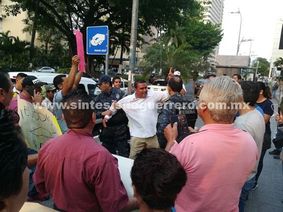 Detienen a candidato a la alcaldía de Acapulco junto a su esposa, por derribar parquímetro