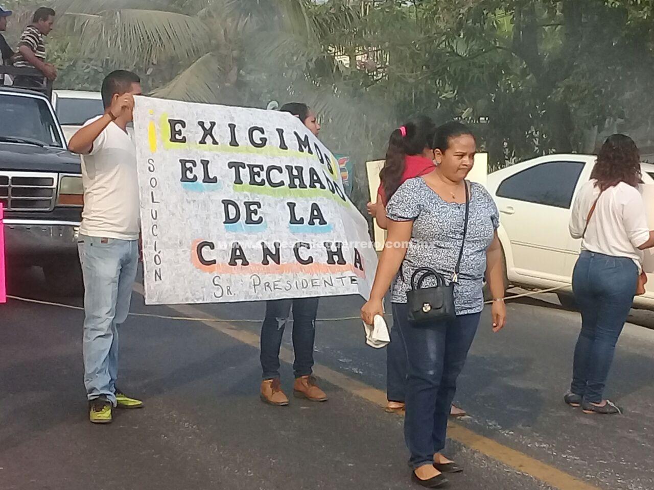Bloquean padres de familia la carretera Acapulco-Zihuatanejo
