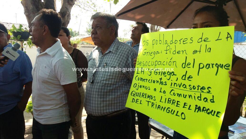 """Pobladores de la """"Y"""" de Atoyac, urgen al gobierno que recupere un parque utilizado como mercado"""