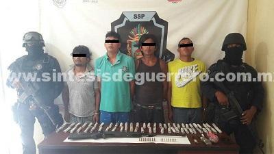 Policía Estatal Acreditable aseguró en Acapulco a cuatro masculinos en portación de arma de fuego, cartuchos, probable marihuana y dos motocicletas