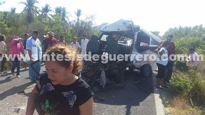2 muertos al estrellare combi con autobús en Cruz Grande