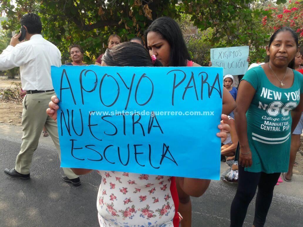 Padres de familia bloquean carretera federal en Atoyac, para exigir seguridad en escuela