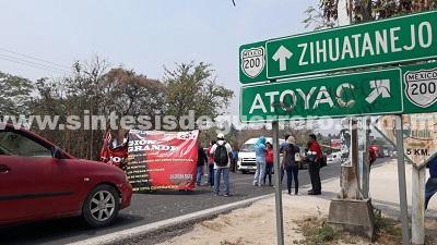 Maestros bloquean carreteras en Atoyac y La Unión