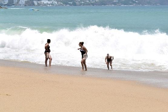 (Video) Continúa el oleaje elevado en playas de Acapulco