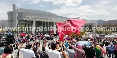 Tercer día de movilizaciones de la CETEG; protestan en Palacio de Gobierno e intentan derribar portón