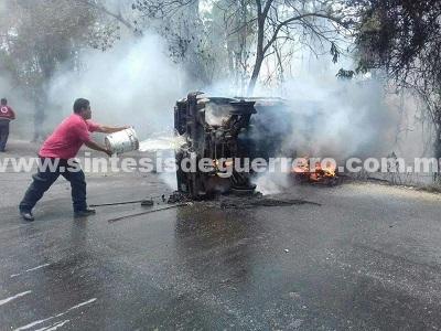 Se incendia camioneta y la dejan abandonada, en San Jerónimo