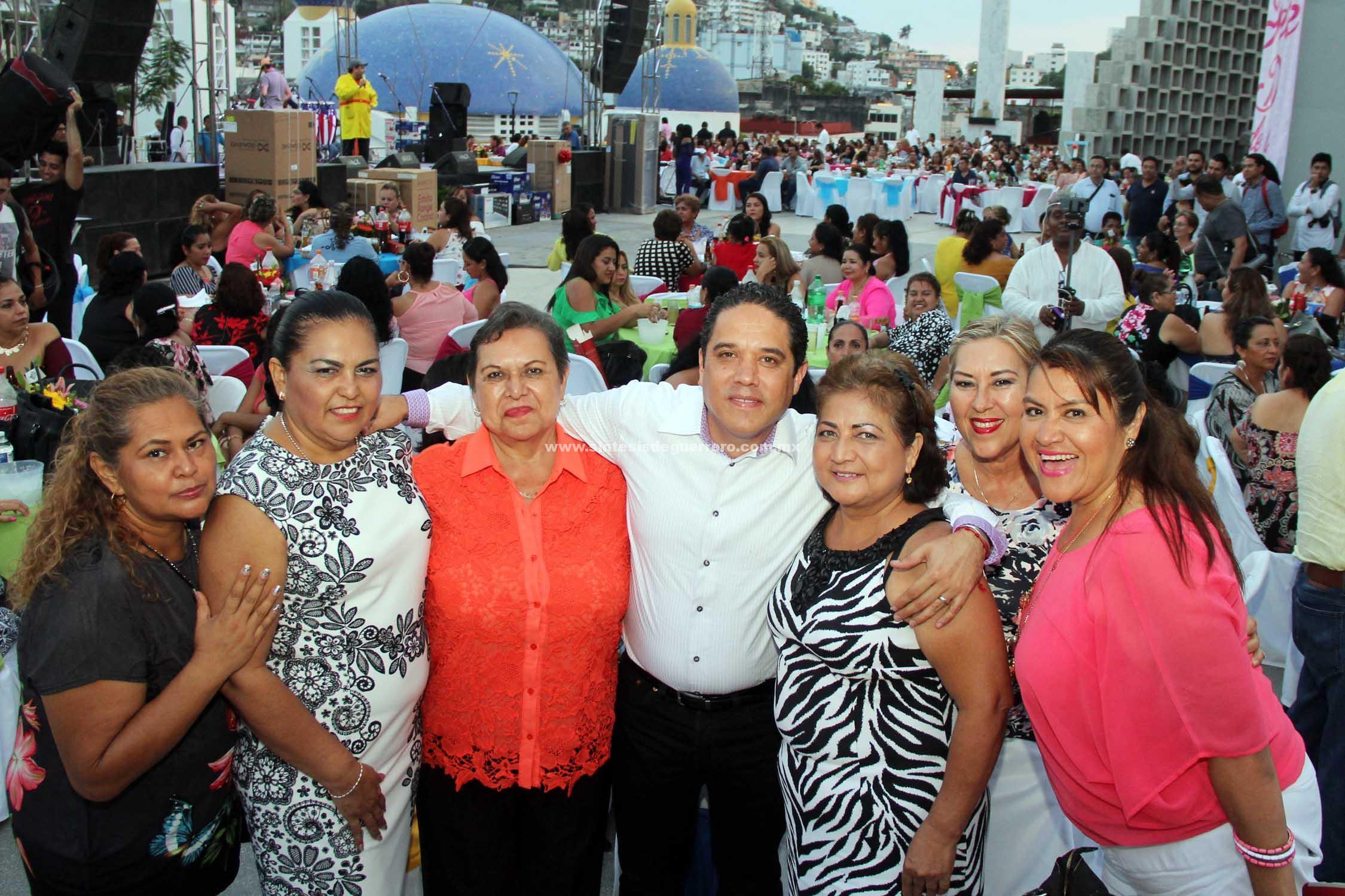 Festeja Evodio a madres trabajadoras del Ayuntamiento en su Día