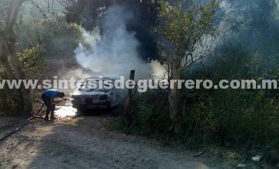Queman vehículo con un cuerpo en carretera Chilapa-Pochahuizco