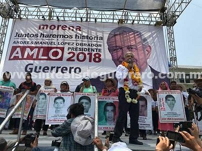AMLO se compromete a resolver el caso de los 43 normalistas de Ayotzinapa desaparecidos