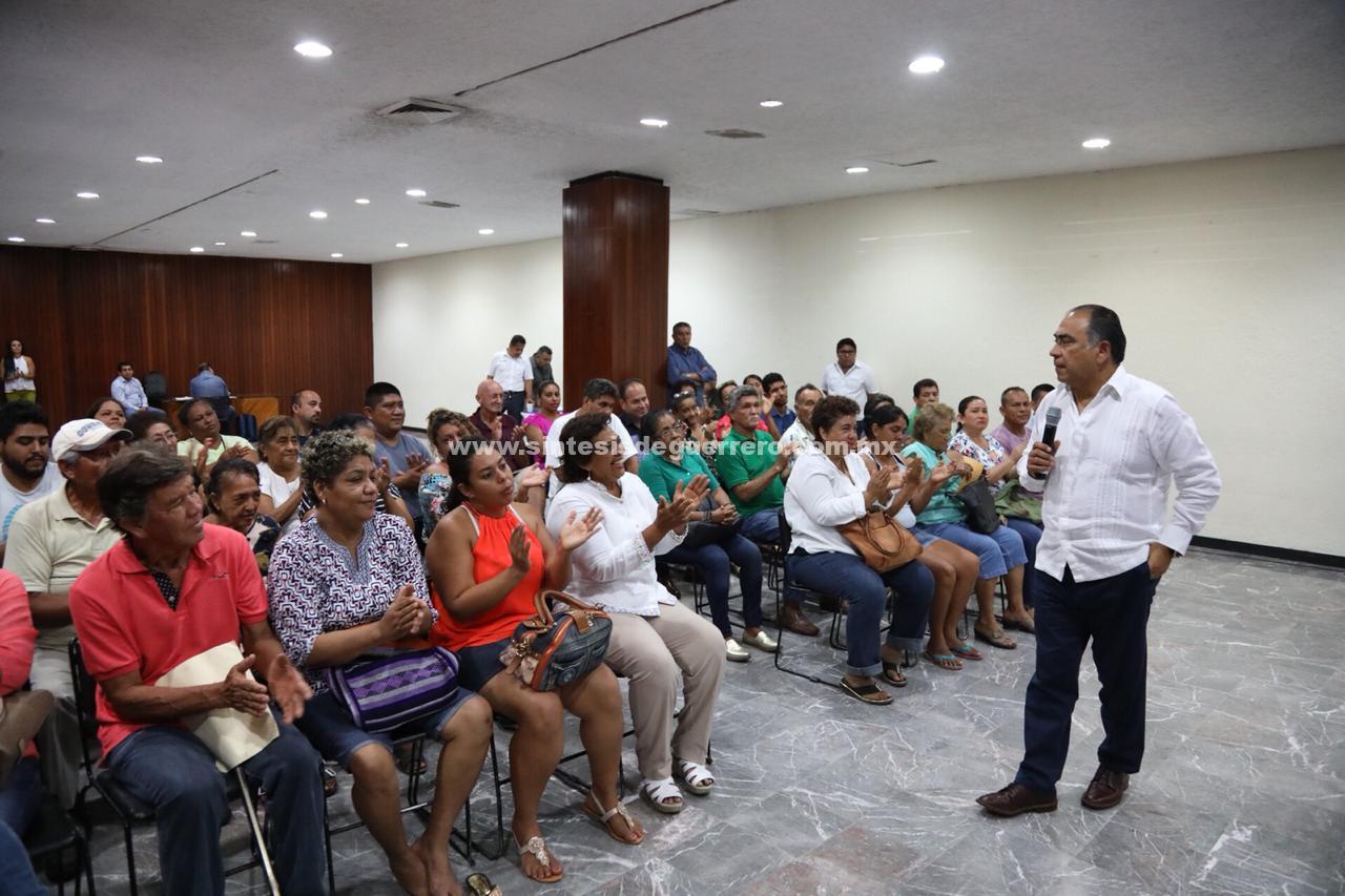 Héctor Astudillo Flores acompañado de integrantes de su gabinete se reunieron con habitantes de Pie de la Cuesta