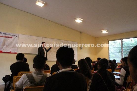 Ortega Villanueva, ponente de la comunidad lésbico gay, da conferencia a adolecentes de secundaria.