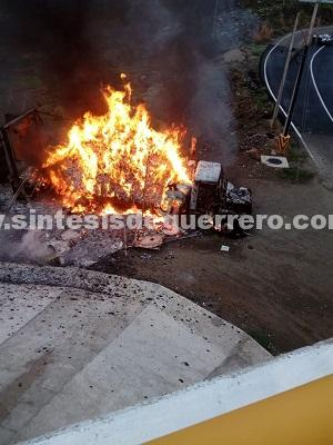 Se incendia camión de carga junto a la carretera Acapulco-Zihuatanejo, en Coyuca de Benítez