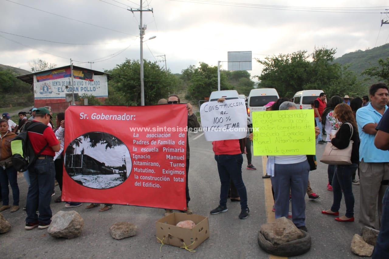 Bloquean padres de familia accesos a Tixtla, para exigir reconstrucción de Escuela Primaria
