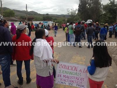 Padres de familia y maestros bloquean 7 horas la carretera Chilapa-Chilpancingo