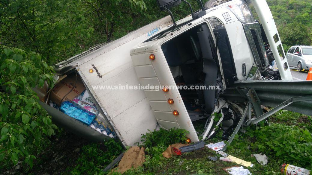 Vuelca camión en la carretera federal Chilpancingo-Acapulco; un muerto y un herido