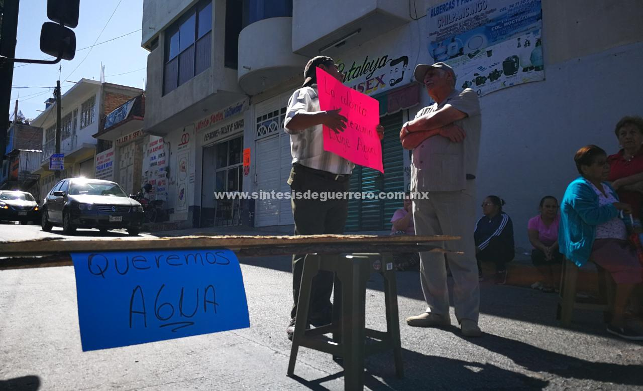 Colonos bloquean el Libramiento a Tixtla para exigir agua potable, en Chilpancingo