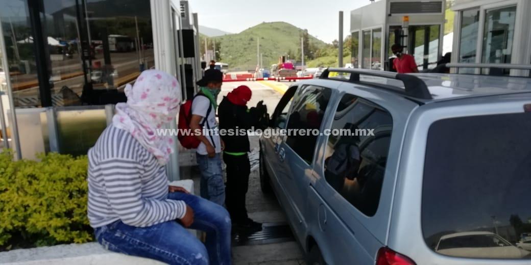 Normalistas de Ayotzinapa toman caseta de la Autopista en Palo Blanco, para mantener lucha por los 43