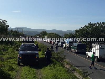 Bloquean comunitarios de Teloloapan más de 24 horas la carretera Iguala-Altamirano