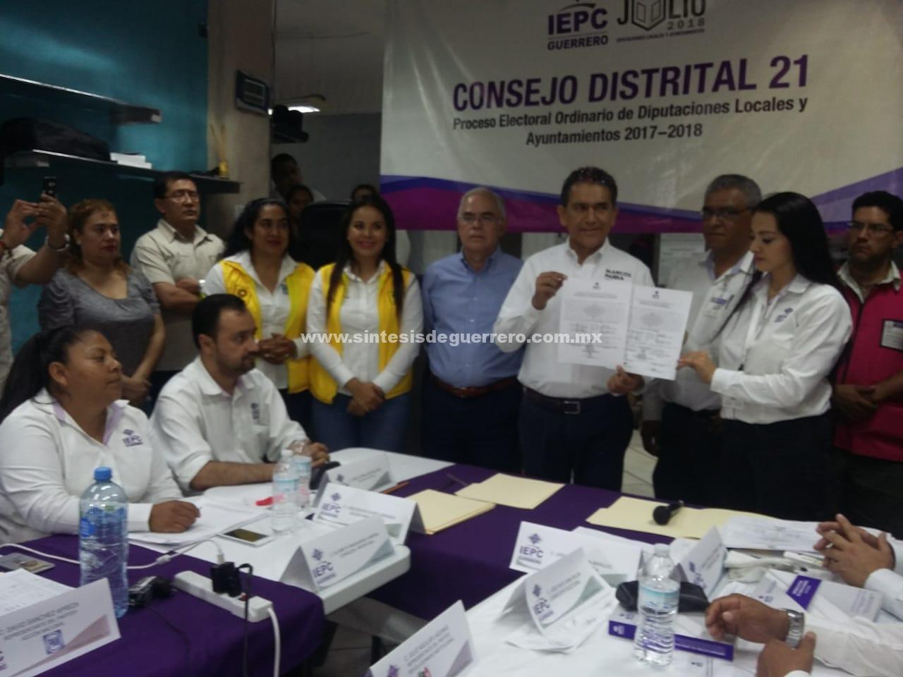 Entrega el IEPC Distrito 21 el Acta de Mayoria y Validez al contador Marcos Parra representante de la coalición PAN, PRD y Movimiento Ciudadano
