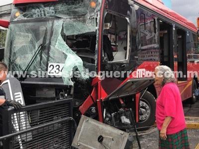 Choque de Metrobús en estación La Salle deja 23 heridos