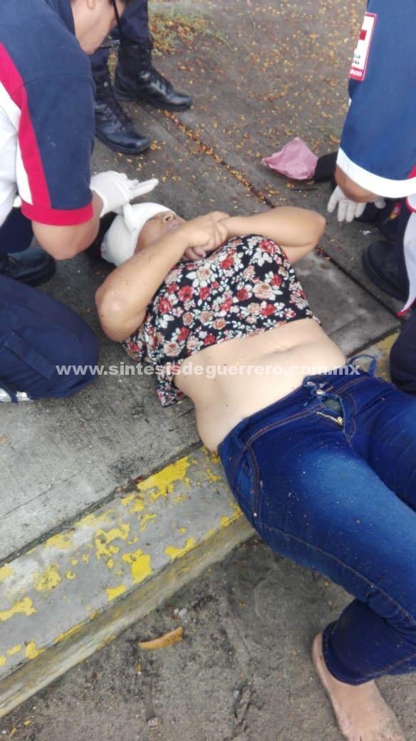 Taxista asalta a pasajera y la avienta del vehículo, en Acapulco