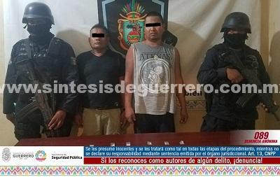 """Aseguran GTRI """"Centauro"""" y Policía Estatal Acreditable en Acapulco a dos masculinos en posesión de probable droga"""