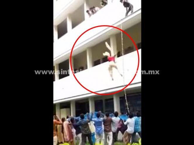 (Video) Estudiante muere tras ser empujada de un segundo piso