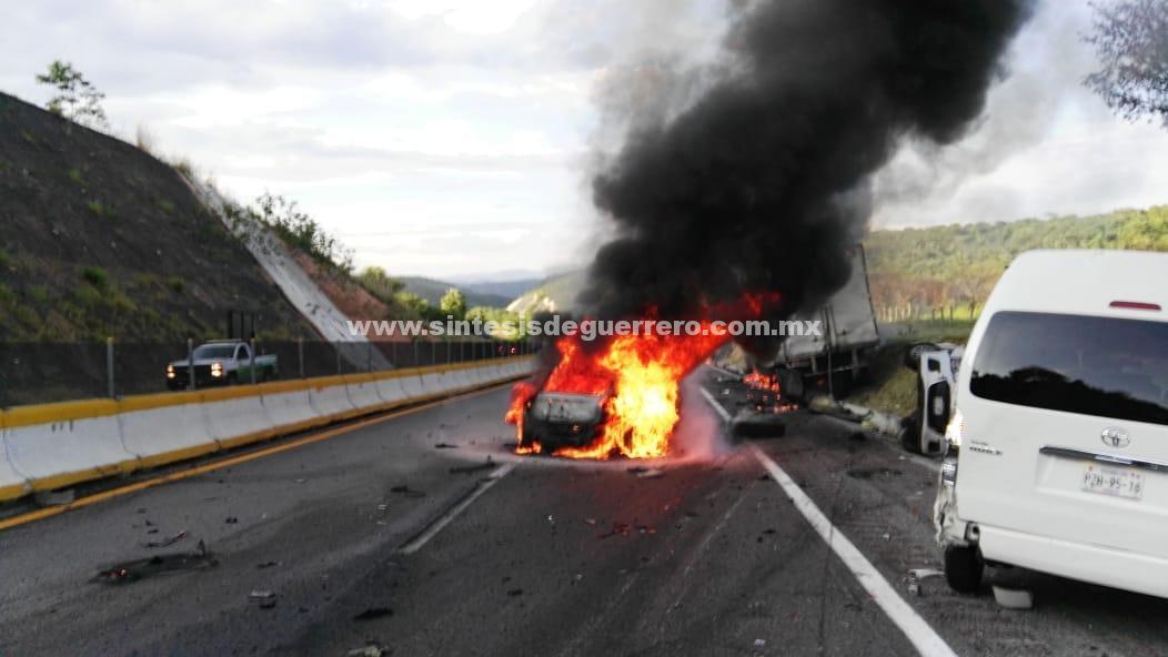 Pipa de gas embiste a 9 vehículos en la Autopista del Sol; deja 3 lesionados y un incendio forestal