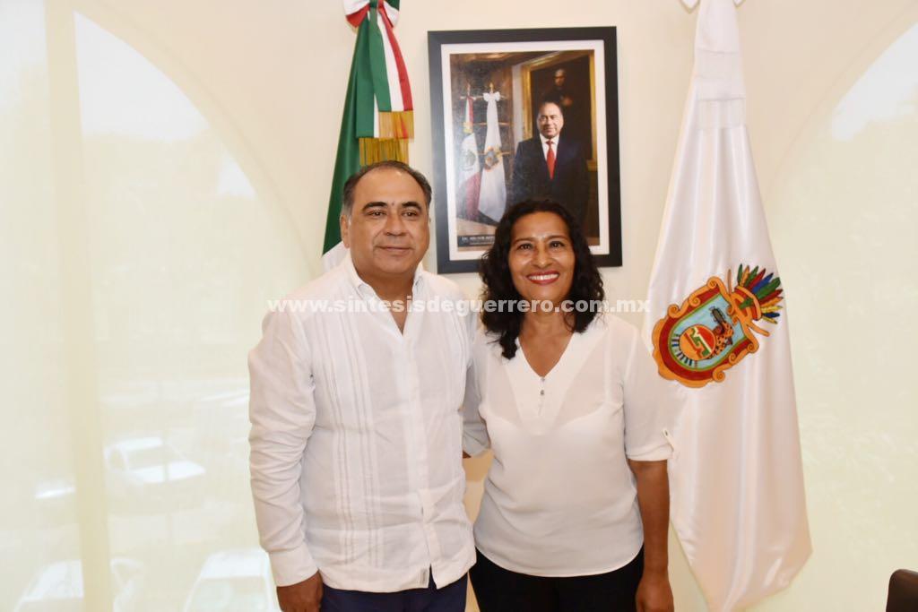 Recibe el Gobernador a la Diputada Federal electa Abelina López; con ella trabajadores en el presupuesto Federal
