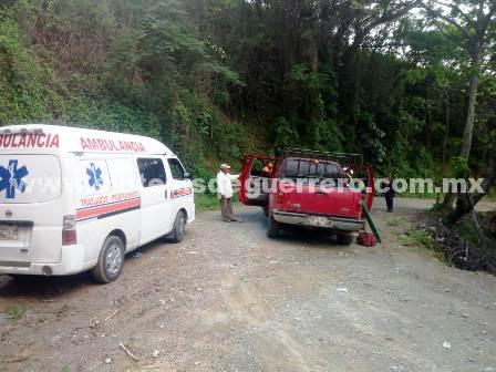Vuelca camioneta en la Sierra; un adulto y dos menores lesionados