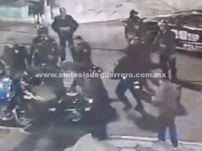 Así golpearon policías a reportero durante operativo