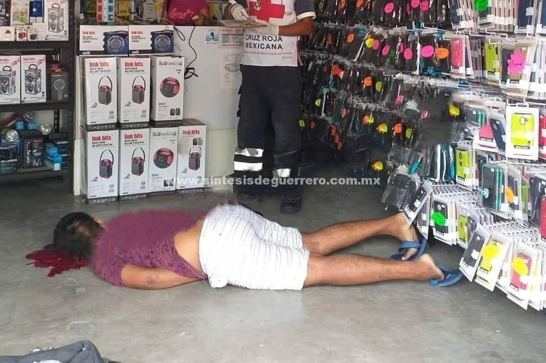 Asesinan a un hombre dentro de un negocio de celulares, en Zihuatanejo