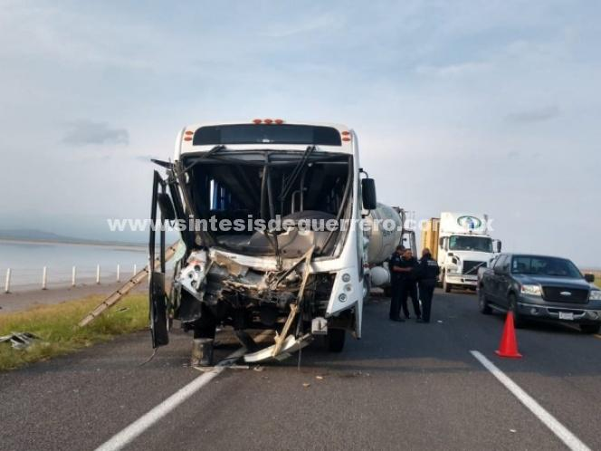 Pacientes del IMSS sufren accidente en la autopista Colima-Guadalajara