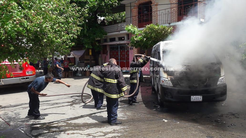 Asaltan a comerciantes e incendian una urvan del servicio público, en Acapulco