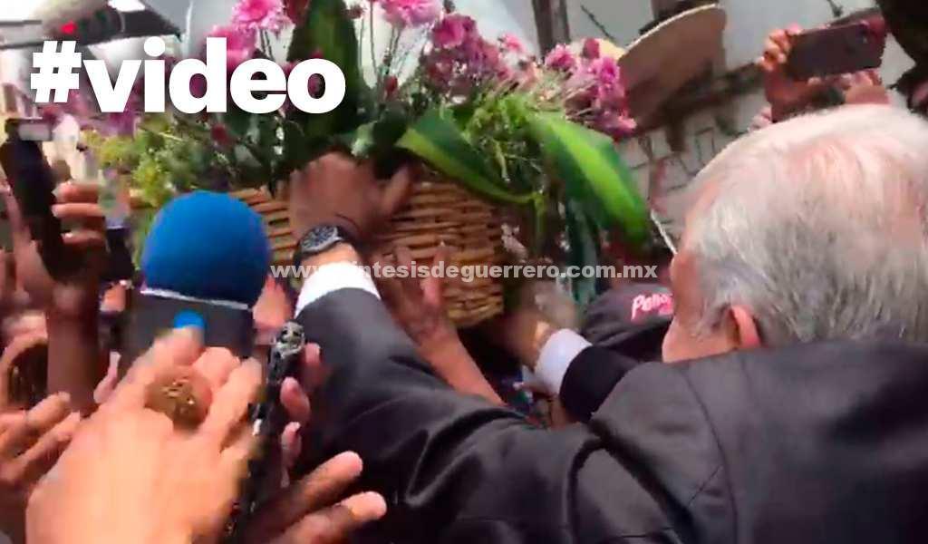 VIDEO: AMLO decidió salir a pie de su casa y esto se descontroló