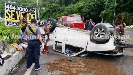 (Vídeo) Cuatro heridos, 2 graves, al volcar camioneta en la avenida Escénica de Acapulco