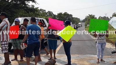 Bloquean más de ocho horas la carretera Acapulco-Zihuatanejo