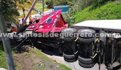 Vuelca tráiler en el boulevard de Chilpancingo; un herido