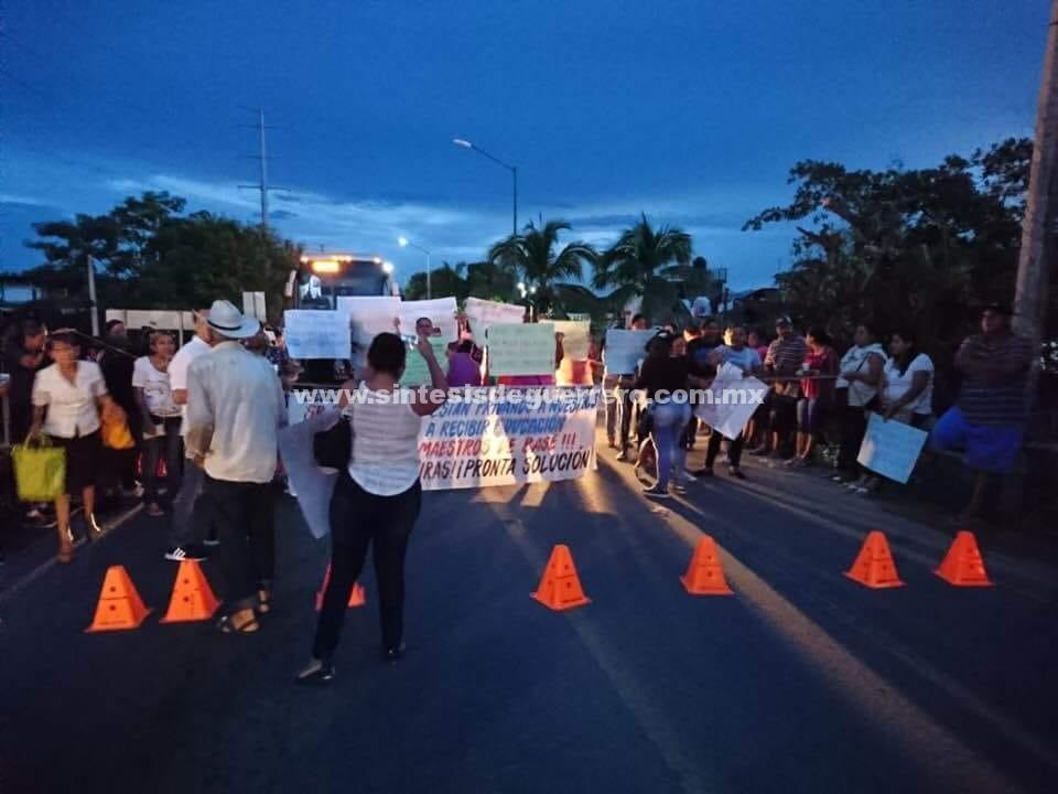 Padres de familia bloquean la carretera federal Acapulco-Zihuatanejo, en Petatlán