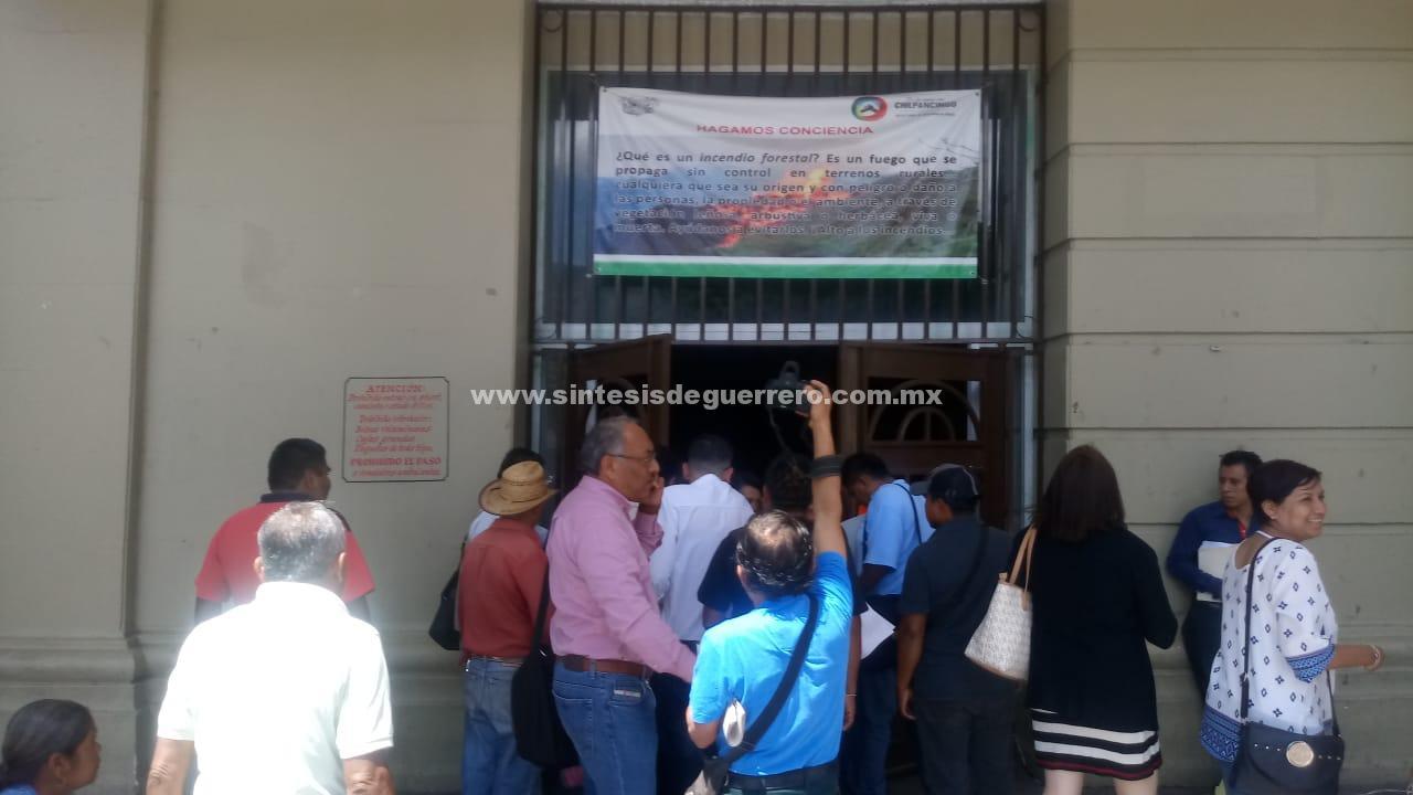 Trabajadores de Capach toman sus oficinas y el Ayuntamiento de Chilpancingo; también bloquean calles