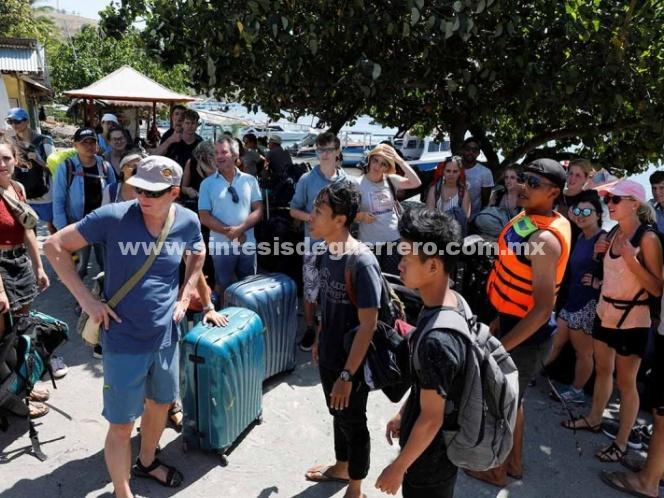 Huyen miles de turistas de Indonesia tras sismo; van 98 muertos