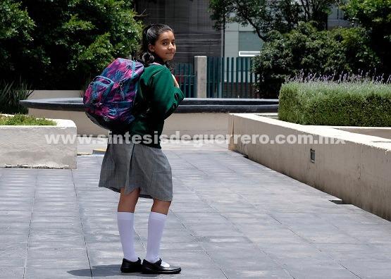 Exceso de peso en mochilas provoca daño en niños, alertan médicos del IMSS